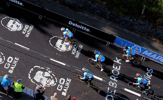 The Belgian team with leader Wout van Aert cycled over the asphalt on the Smeysberg where the heads of Mathieu van der Poel and Bauke Mollema 'look' at them.